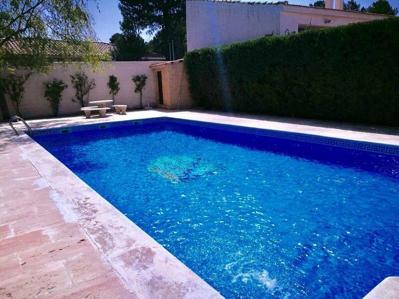 Big villa with swimming-pool & Wifi, vakantiewoning in Arcas del Villar