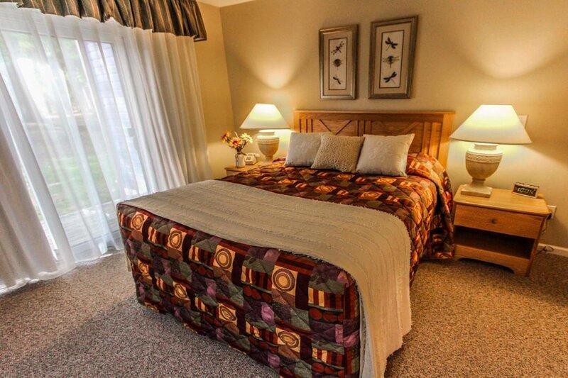 Hosteeva |Hillside Tanglwood Resort 2BR  Condo near Stunning Lake Wallenpaupack, vacation rental in Honesdale