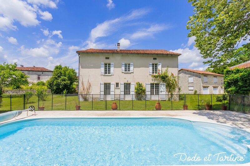 Picturesque 5 bedroom house with pool - Dodo et Tartine, holiday rental in La Tour-Blanche