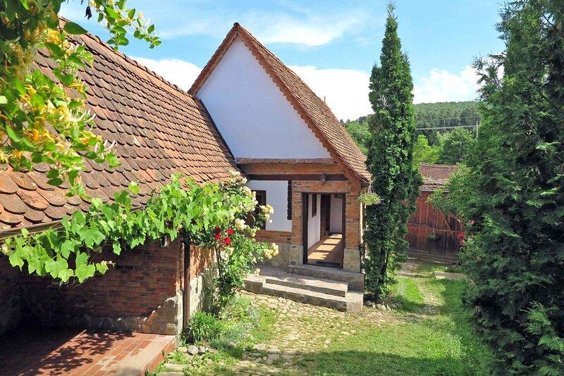 • Casa Lopo • in a quaint Carpathian village • farmhouse rental Sibiu Romania, holiday rental in Sibiel
