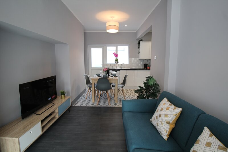 Modern Apartment near City Centre with Outdoor Space, holiday rental in Holywood