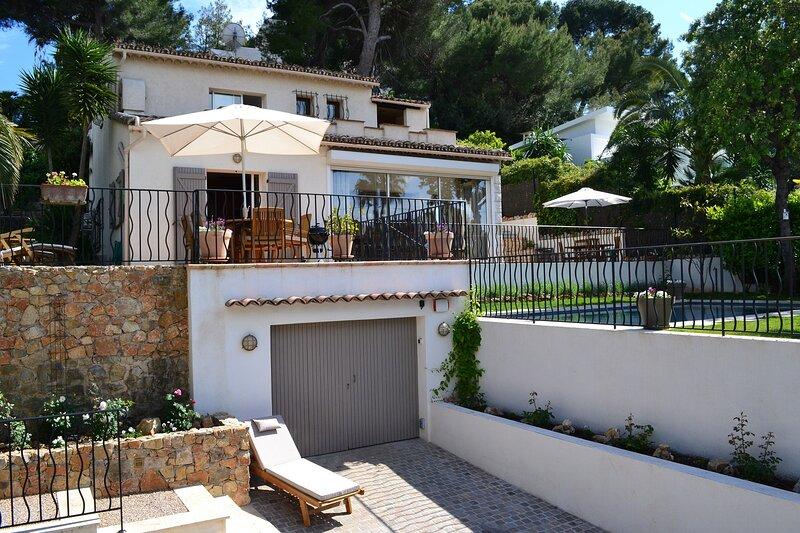 JdV Holidays Villa Les Pins, 3 bedroom, 2 bathroom, walking to shops and beach!, holiday rental in Cap d'Antibes