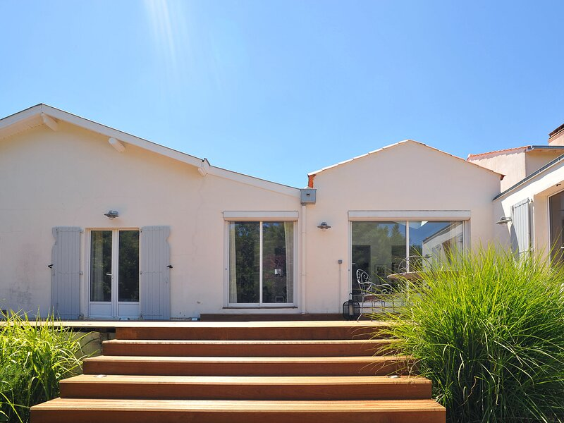 Sun-kissed holiday home in La Rochelle with a swimming pool, casa vacanza a Nieul sur Mer