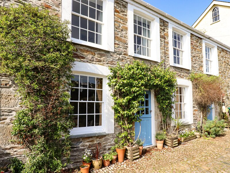 4 ELM TERRACE, pet friendly, character holiday cottage, with a garden in, vacation rental in Pentewan