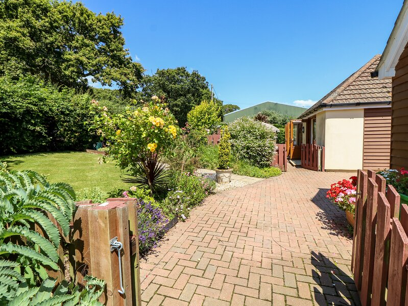 1 THE STABLES, country holiday cottage, with a garden in Ryde, Isle Of Wight, casa vacanza a Fishbourne