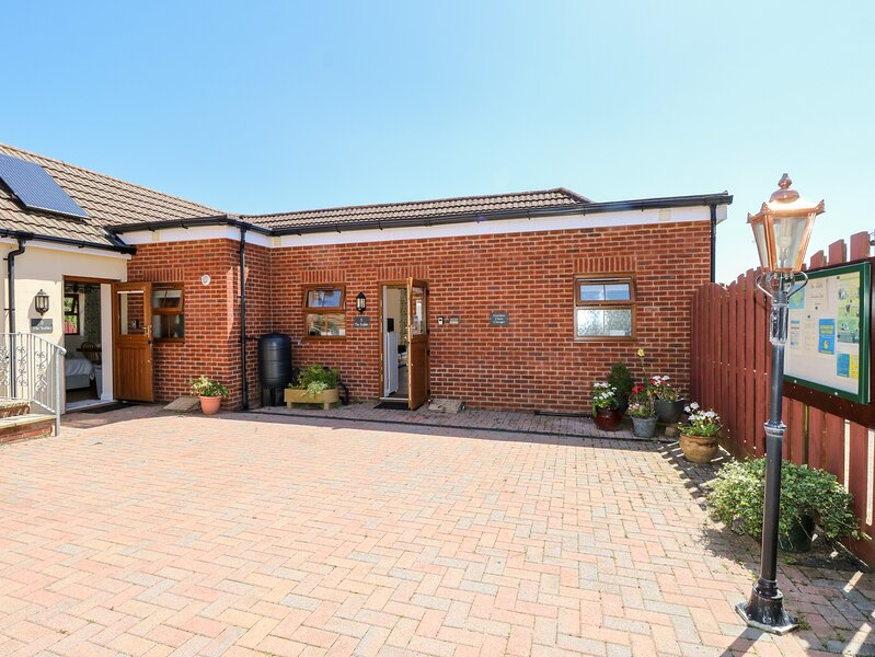 3 THE STABLES, country holiday cottage, with a garden in Ryde, Isle Of Wight, casa vacanza a Fishbourne
