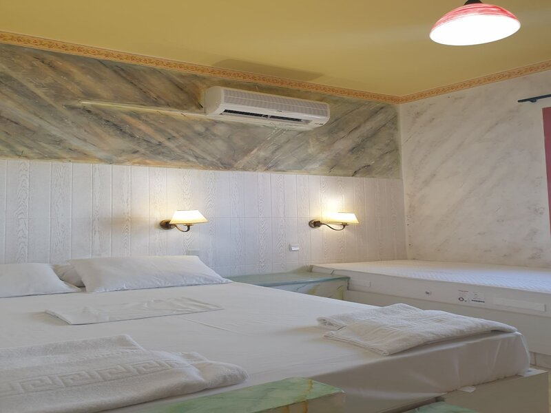 Spacious Room in Creta for 3 people, with Ac, Swimming Pool and Nature, location de vacances à Piskopiano
