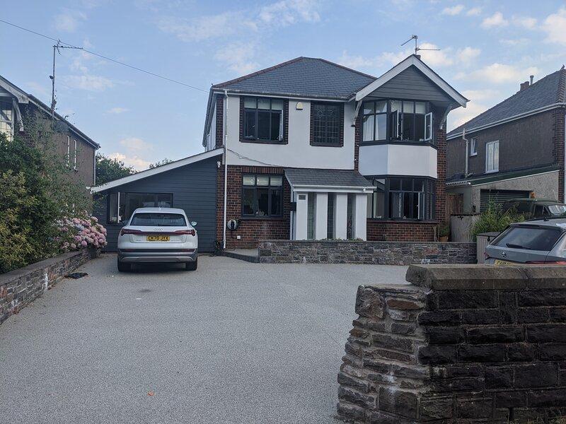 Beautiful Large 4-Bed House, close to Celtic Manor, aluguéis de temporada em Risca