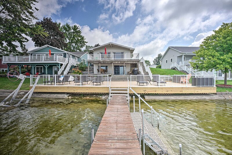 NEW! Waterfront Home w/ Spacious Deck on Duck Lake, casa vacanza a Springport