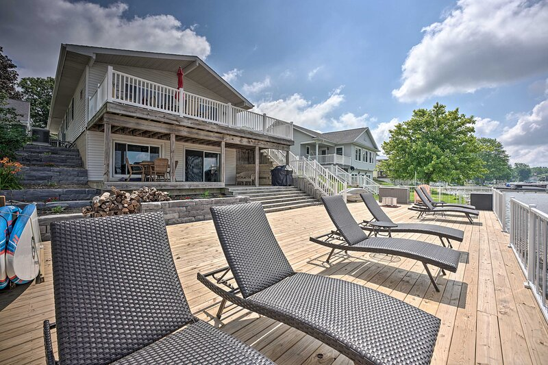 NEW! Waterfront Home w/ Spacious Deck on Duck Lake, casa vacanza a Marshall