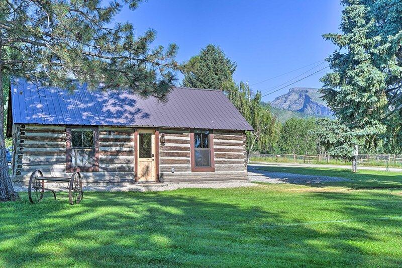 NEW! Montana Retreat: Original Hamilton Log Cabin!, casa vacanza a Stevensville