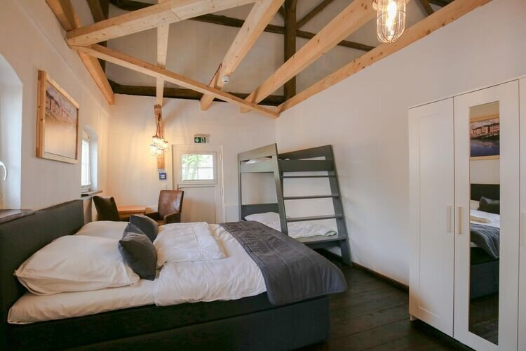 Cozy bedroom in a large lodge directly on the Eider, location de vacances à Albersdorf