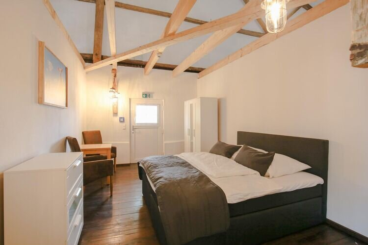 Bedroom for 2 people in a large lodge directly on the Eider, location de vacances à Albersdorf