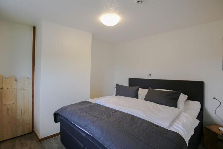Cozy en-suite bedroom in a large riverside lodge, location de vacances à Albersdorf