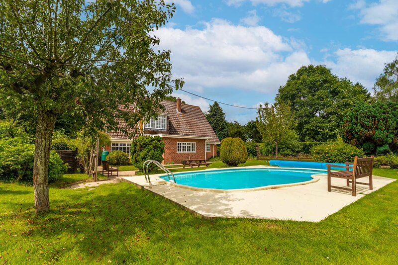 Alderfen View | Beautiful 5-bedroom property with outdoor swimming pool!, holiday rental in Potter Heigham