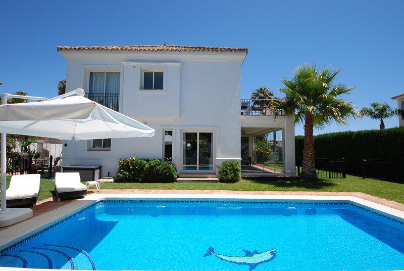 Modern villa with private pool,gym, close to beach, aluguéis de temporada em San Luis de Sabinillas