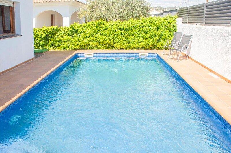 PRECIOSA VILLA CON PISCINA PRIVADA EN CUNIT  (Tarragona) 12 pers.., holiday rental in Cunit