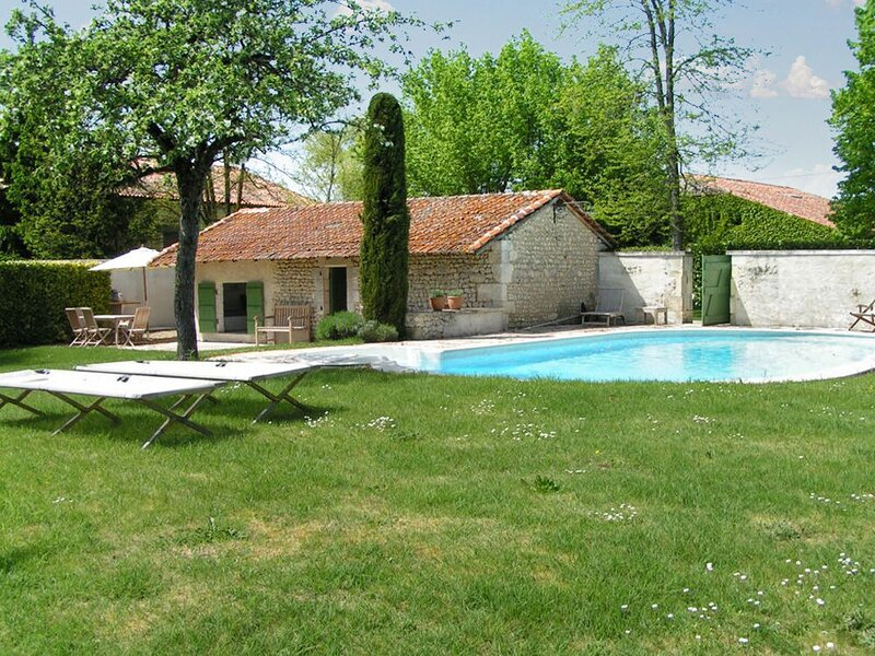 Spacious house with swimming-pool, holiday rental in Montmoreau-Saint-Cybard