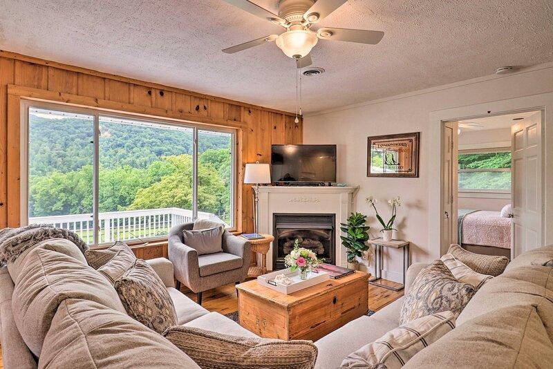 Splendid Asheville Area Cabin w/ Mt Pisgah Views!, casa vacanza a Canton