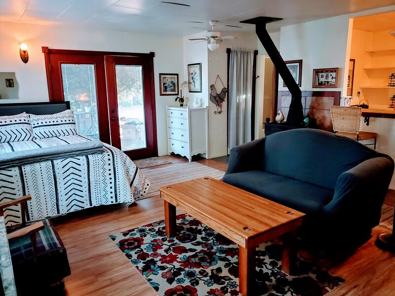 Cherry Valley Guest Studio Cottage, holiday rental in Cherry Valley