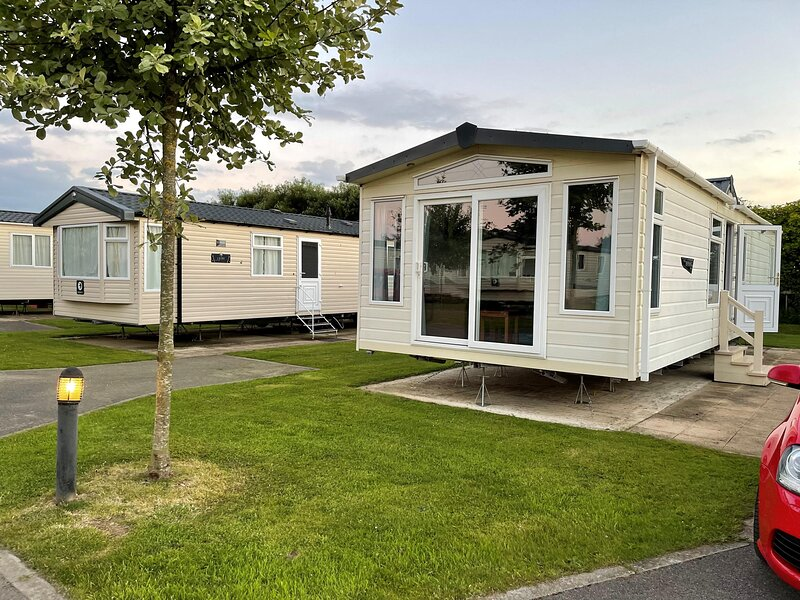 Beautiful 6 berth caravan for hire at Skipsea Sands Holiday Park ref 41009B, holiday rental in Lissett