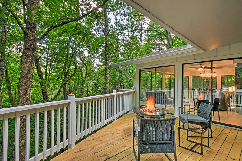 NEW! Luxe Sky Valley Golf Resort Home w/ 3 Decks!, holiday rental in Dillard