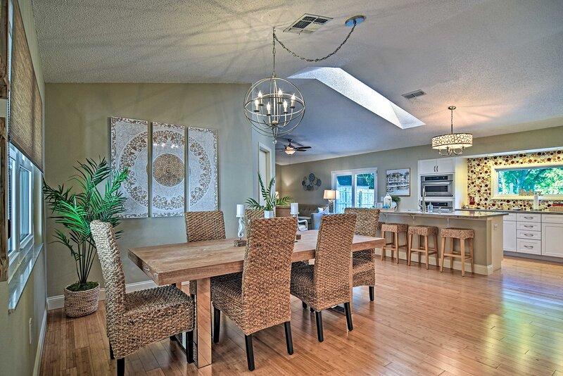 NEW! Stylish Palm Harbor Escape w/ Outdoor Oasis!, alquiler de vacaciones en Crystal Beach