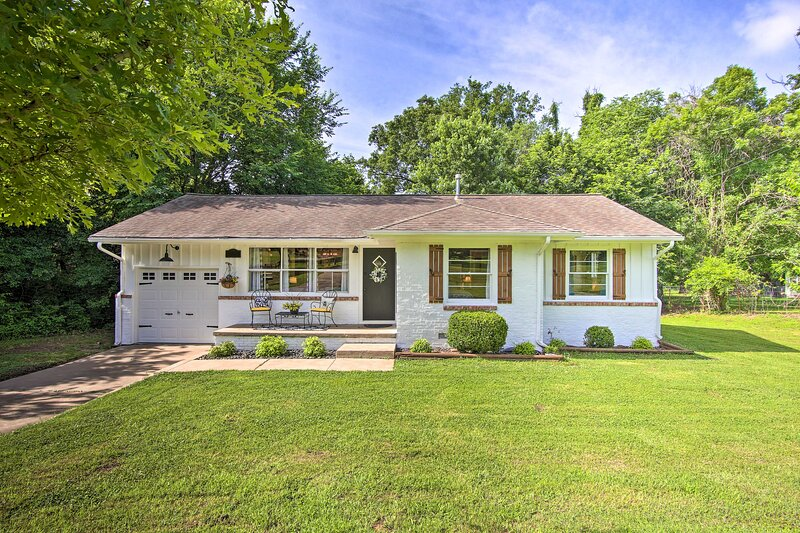 NEW! Charming Country Cottage: 5 Mi to Dtwn Tulsa!, holiday rental in Sperry