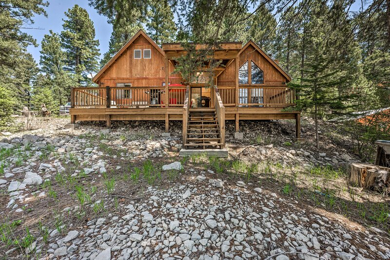 NEW! Peaceful & Private Cloudcroft Cabin w/ Deck, holiday rental in Cloudcroft