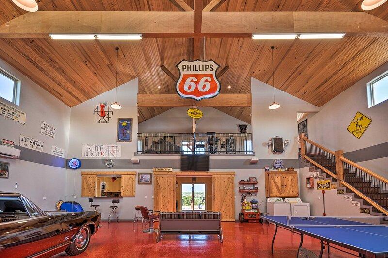 NEW! Canyon 'Barndominium' w/ Hot Tub & Golf Cart!, alquiler vacacional en Canyon