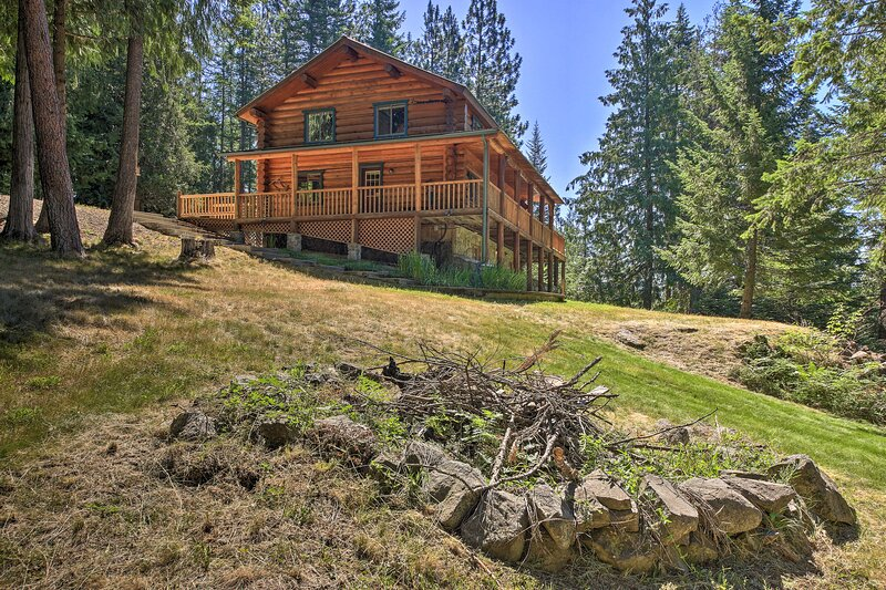 NEW! Large Cabin w/ Fire Pit + Grill on 34 Acres!, alquiler vacacional en Sagle