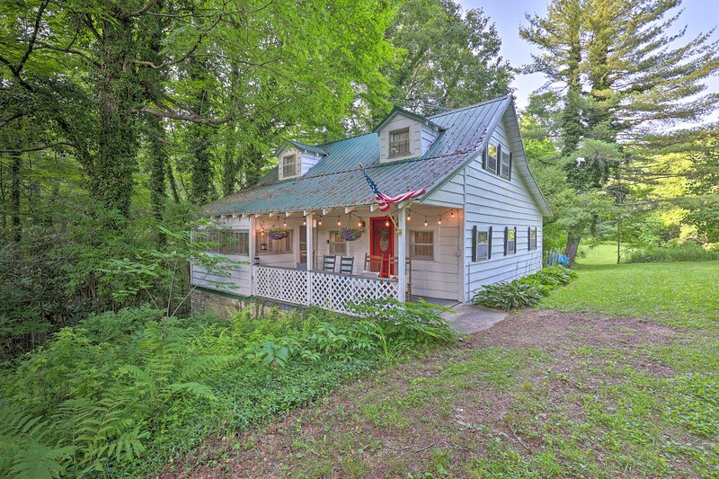 NEW! Linville Falls 'Tensie's Cottage' w/ Fire Pit, holiday rental in Jonas Ridge