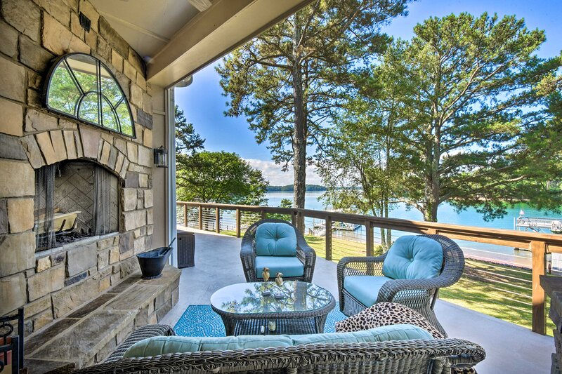 NEW! Gainesville Lake Getaway with 2-Story Dock!, holiday rental in Cumming