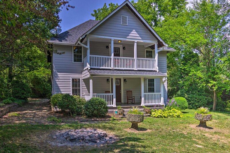 NEW! Peaceful Mtn Cottage: Pergola, BBQ & Fire Pit, casa vacanza a Horse Shoe