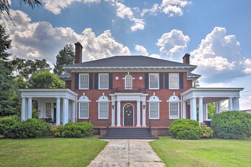 NEW! Historical Villa < 1 Mi to Downtown Anderson!, alquiler de vacaciones en Anderson