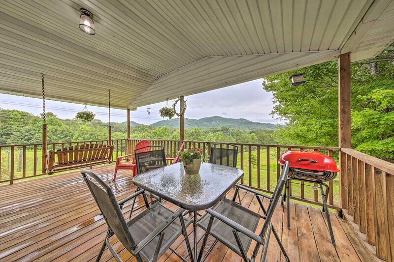NEW! Pet-Friendly Murphy Home with Mountain Views!, alquiler de vacaciones en Brasstown