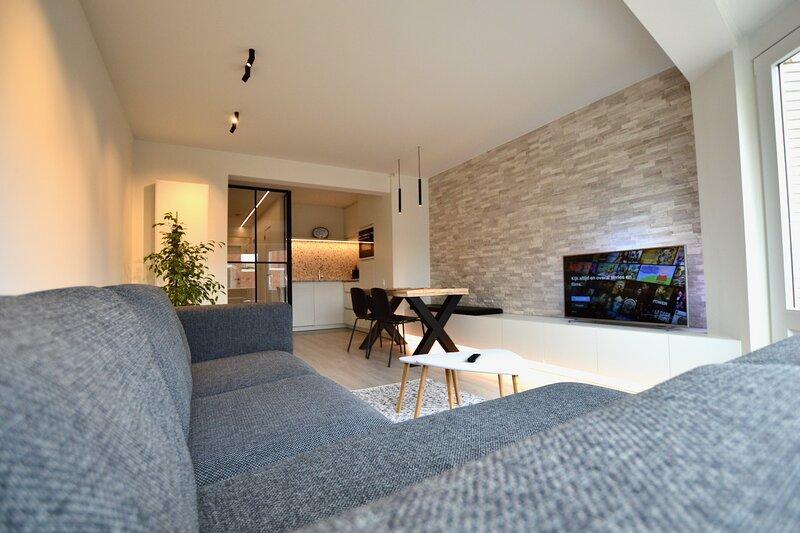 Lichtrijk en luxueus appartement op 100m van zee, holiday rental in Koksijde