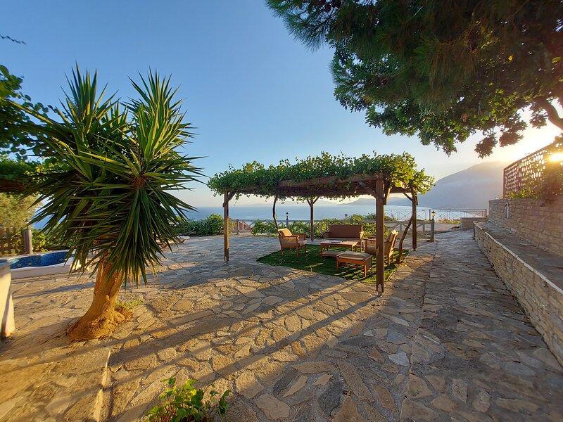 House with with a spectacular sea view, alquiler de vacaciones en Limnionas
