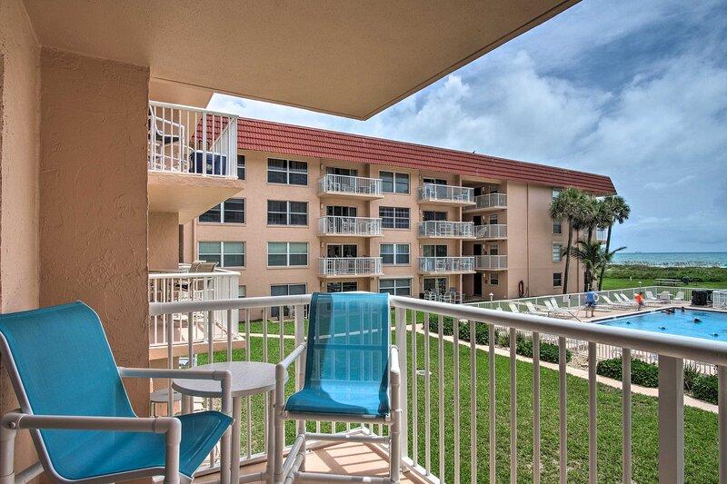 NEW! Oceanfront Condo w/ Balcony & Community Pool!, aluguéis de temporada em Cocoa Beach