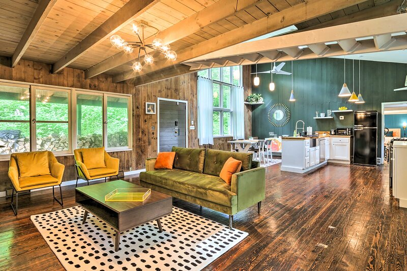 NEW! Whimsical Cottage in Washington w/ Fire Pit!, casa vacanza a Torrington