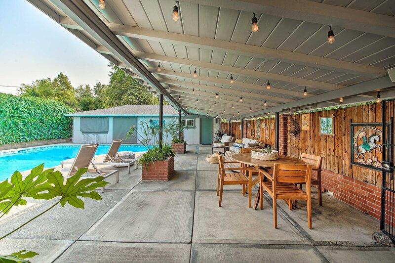 NEW! Modern Redding Retreat w/ Pool: Walk to Town!, alquiler vacacional en Shasta Lake