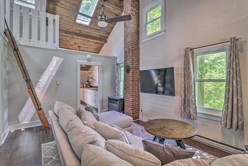 NEW! Modern Farmhouse Pocono Cabin in the Pines, holiday rental in Pocono Mountains Region