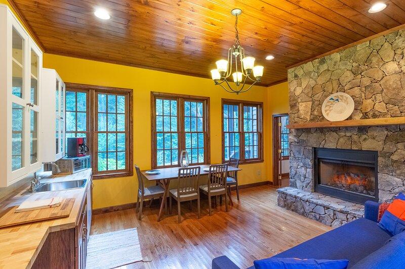 Elegant Mountain Retreat - New Listing, casa vacanza a Almond