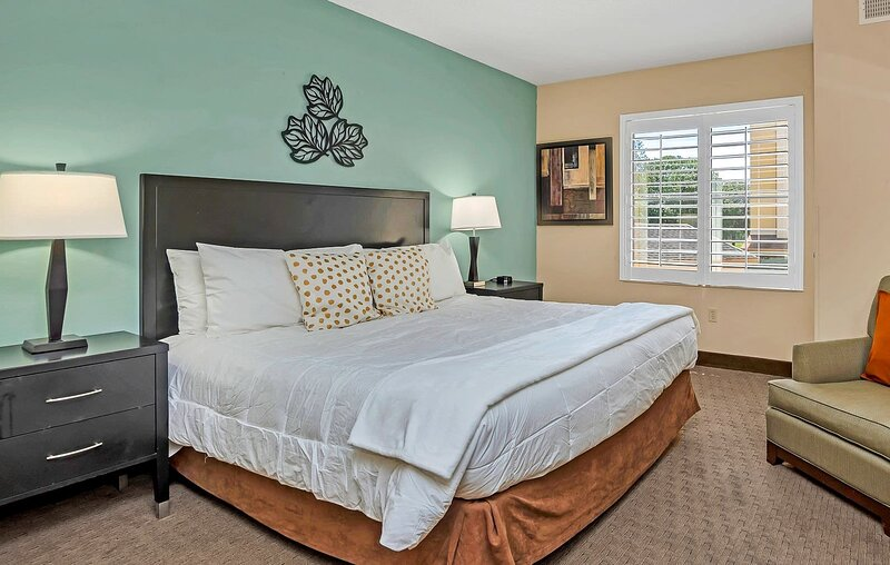 Near Disney - 1BR Executive Suite with King Bed - Pool and Hot Tub!, casa vacanza a Windermere