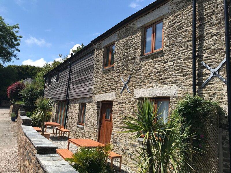 Corn Barn - Luxury Cornish Cottage sleeping 8 with hot tub & private garden, location de vacances à Widegates
