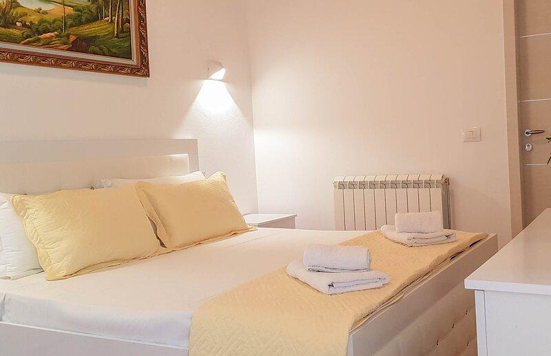 GuestHouse Goliku - Standard Queen Room, vacation rental in Gjirokaster County