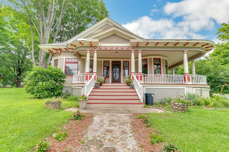 Spacious Victorian Home With Mountain Views And Lots Of Fun Extras!!, casa vacanza a Walker Valley