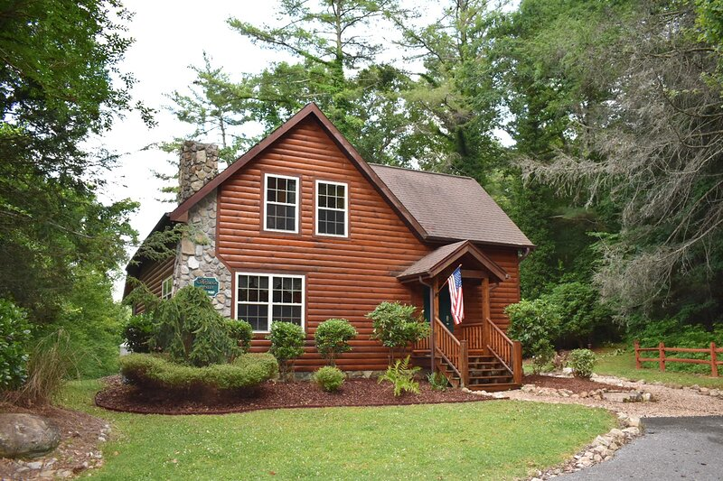Tree Top Lodge - Gorgeous Lake Cabin with Kayaks, Hot Tub & Magnificent Views, holiday rental in Elizabethton