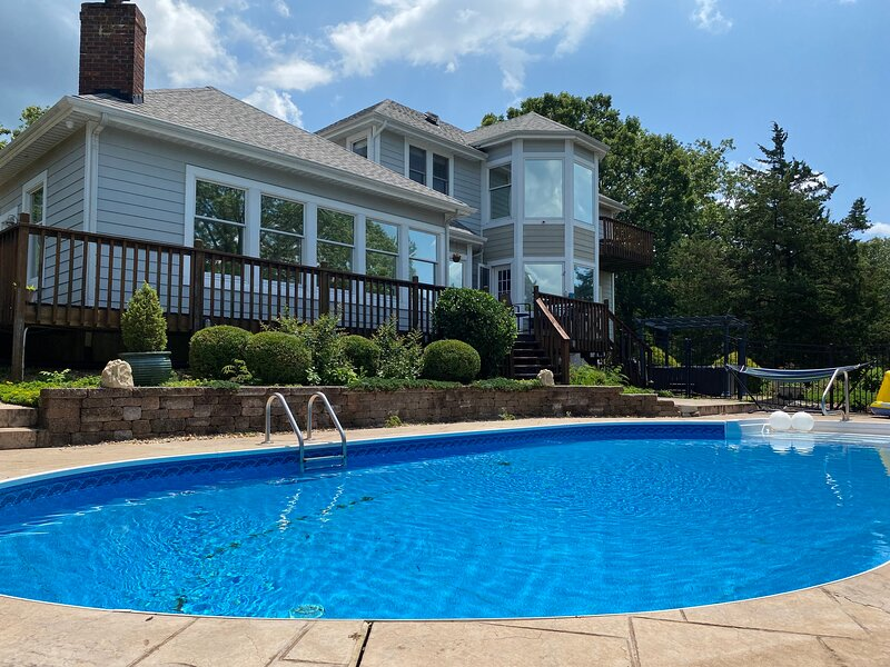 AMAZING GETAWAY WITH HEATED POOL, HOT TUB, 14 ACRE LAKE!!, vacation rental in Warrenton