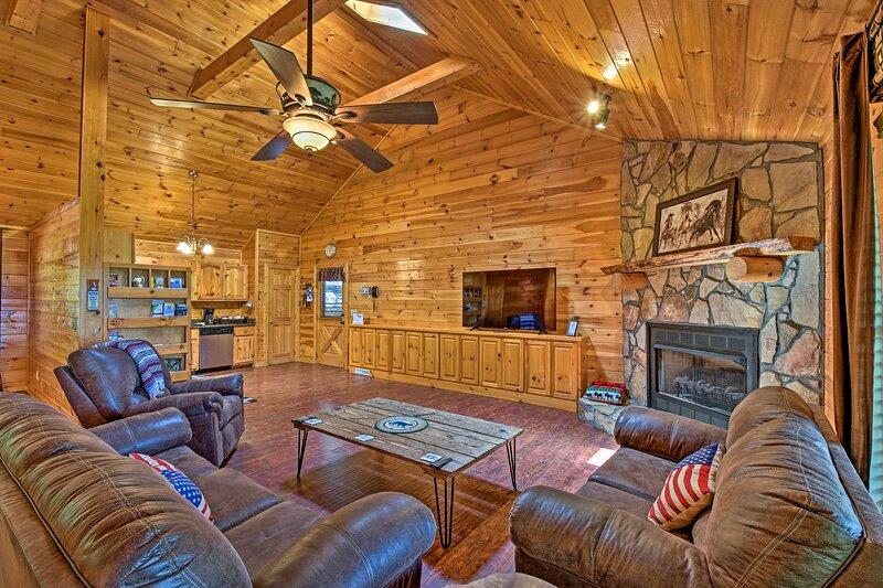 Cozy 'Sunset View' Cabin w/ Hot Tub & Game Room!, aluguéis de temporada em Gilmer County